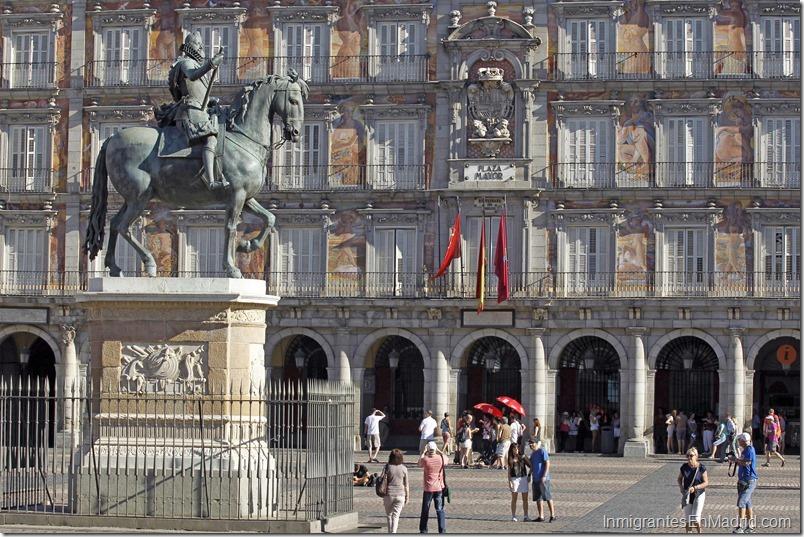 ESPAÑA - PLAZA MAYOR: MADRID, 08/06/2017.- Estatua ecuestre del rey Felipe III en la Plaza Mayor de Madrid, en sus orígenes conocida como Plaza del Arrabal. Su construcción comenzó en 1561 por orden de Felipe II tras el traslado de la corte a Madrid y terminó en 1617 reinando Felipe III . EFE/ Paolo Aguilar/ra