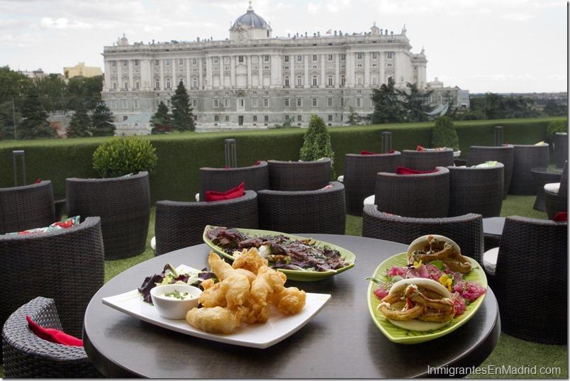 Platos de la carta del hotel Las Terrazas de Sabatini. El Palacio Real en segundo plano