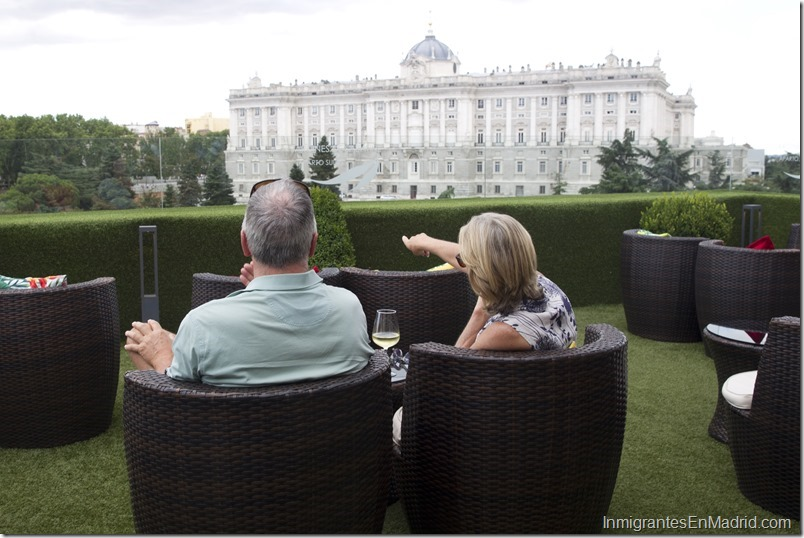 Vista de una pareja de turistas en el hotel Las Terrazas de Sabatini, con el Palacio Real en segundo plano.