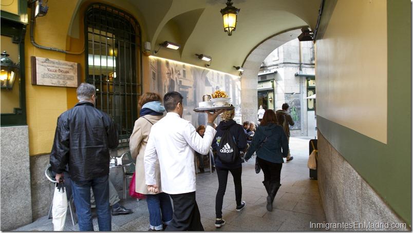 Vista del exterior de la Chocolater'a San GinŽs en el Pasadizo de San GinŽs en Madrid.