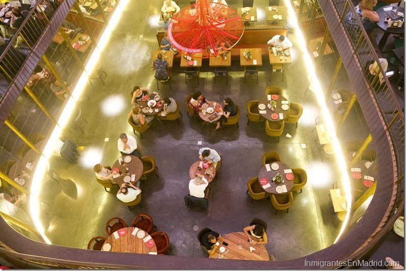 Vista del interior de Platea, un centro gastronómico situado en la calle Colón en Madrid.