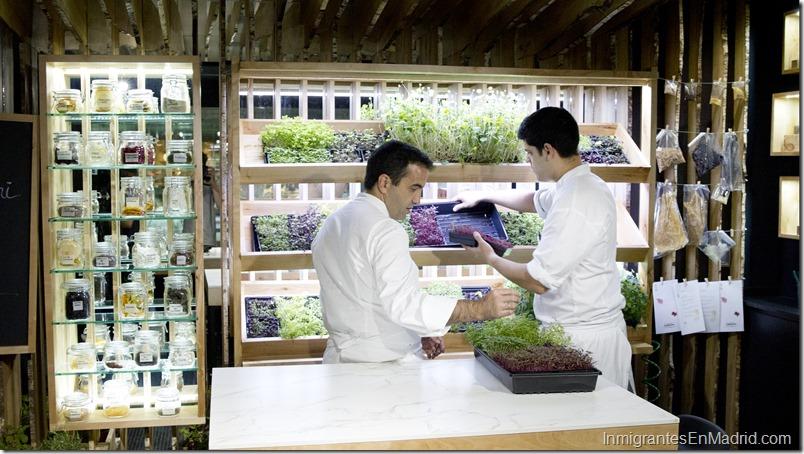 Vista del interior del restaurante Santceloni en Madrid. Restaurante con una estrella Michelin. En la foto, a la izquierda, el chef îscar Velasco.
